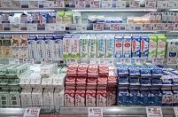 スーパー 牛乳の陳列棚