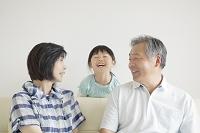 笑顔の孫と祖父母