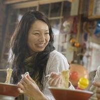 ラーメンを食べる日本人女性