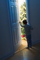 リビングの扉を覗く子供
