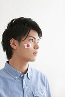 国旗のフェイスペインティングをした日本人男性