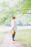 新緑とバスケットを持つ日本人女性