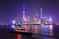 中国 黄浦江の警備艇と上海のビル群の夜景