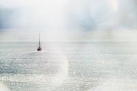 イギリス 光り輝く海とヨット
