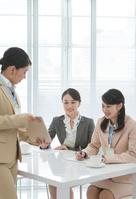 ミーティングをするビジネスウーマン