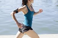 水辺をジョギングする女性