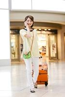 電話をしながら歩く日本人女性