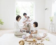 リビングで団らんする日本人家族