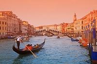 イタリア ヴェネチア 大運河に架かるリアルト橋とゴンドラ