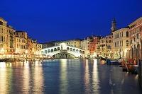 イタリア ヴェネチア 大運河に架かるリアルト橋