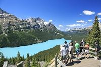 カナダ 展望台よりぺイト・レイクとロッキーの山並み