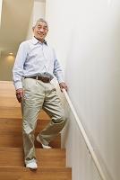 階段を降りるシニアの日本人男性