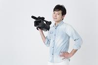 ビデオカメラを持つカメラマン
