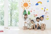 絵の前に座る日本人家族