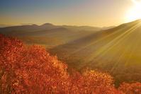 北海道 狩場山の峰越林道より賀老高原 ブナの樹海と大平山など...