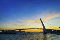 台湾 新北市 夕景の淡水漁人碼頭情人橋