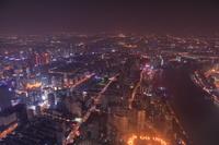 上海中心の展望室から黄浦江方面の夜景