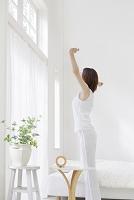 背伸びをする日本人女性