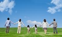 手を繋ぐ3世代日本人家族の後姿