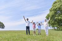 新緑と手を繋ぐ日本人家族