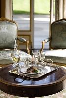 銀色のトレイにのった豪華な食事