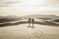 砂漠を走る子供