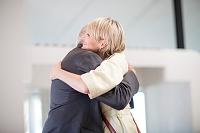抱き合う外国人
