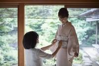 着付けをしてもらう日本人女性