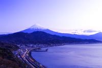 静岡県 東名高速の光跡と富士山