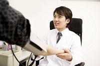 青年医師血圧を測る1