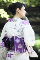 浴衣を着た日本人女性の後ろ姿