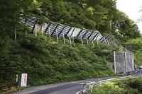 新潟県 秋の豪雪地帯のなだれ防護柵となだれ防護柵