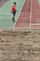 義足の走り幅跳び選手