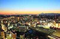 神奈川県 夕焼けの富士山と横浜市街の街灯り