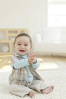 リビングに座る日本人の赤ちゃん