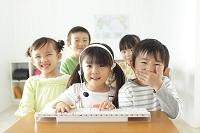 インカムを付けて通信教育をする日本人の子供達
