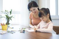 勉強するアジア人の家族