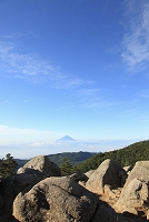 山梨県 国師ヶ岳 山頂から望む朝の富士山と岩場