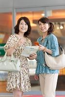 地図を持って話す中高年日本人女性