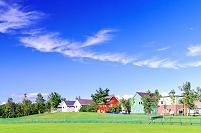 北海道 郊外なモダンな家並みと初秋の空