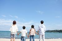 海辺に立つ家族の後姿