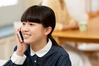 電話する女の子