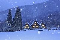 日本 岐阜県 白川郷の降雪と合掌造りの夕景