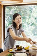 食事を取り分ける日本人女性