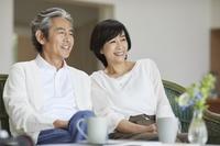 ソファで寛ぐ日本人中年夫婦