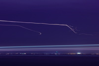 神奈川県 羽田空港に着陸する飛行機の光跡
