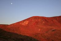 福島県 朝日に染まる蓬来山と残月