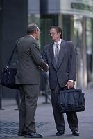 路上で握手するビジネスマン
