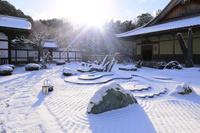 京都府 圓光寺 奔龍庭の雪景色と朝日