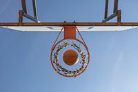 ゴールに吸い込まれるバスケットボール